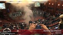 Des députés kosovars lancent des fumigènes au parlement