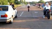 Le départ arrêté entre une voiture et une moto