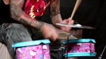 Le batteur Mike Portnoy s'amuse sur une batterie Hello Kitty - Reprise de Metallica, Slayer, Kiss