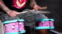 Mike Portnoy teste une batterie Hello Kitty