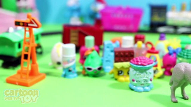 Shopkins Train 32 Shopkins Characters Opening a Kinder Surprise Egg
