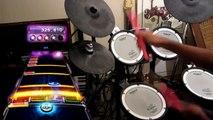 Un gamer joue à Rockband sur sa batterie électronique et envoie du lourd! Batteur énorme!