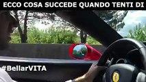 Ecco cosa succede quando tenti di superare una Ferrari con un'utilitaria...