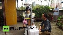"""Un inventeur chinois présente sa """" machine à laver les cheveux """" !"""