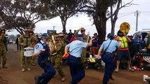 3 policières australiennes dansent sur Killing In The Name