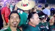 Une bagarre entre deux supporters mexicains pendant Mexique vs. Etats - Unis