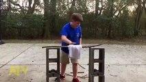 Un enfant essaie de casse une branche en deux mais elle est plus solide qu'il n'y parait !