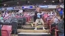 Un jeune spectateur fait une danse de folie en tribune