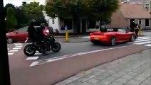 Ce conducteur se fait voler sa Ferrari dans des circonstances incroyables... C'est pas de chance