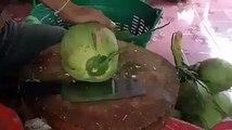 Cet homme ouvre une noix de coco fraiche avec beaucoup de talent!!!