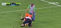 Deux brancardiers maltraitent un joueur blessé