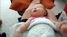 Ce bébé dort un bras en l'air... Et impossible de lui faire baisser! Hilarant!