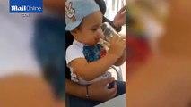 Vidéo choquante d'un enfant qui boit de l'alcool et qui fume une cigarette