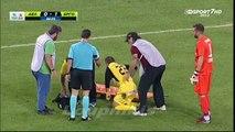 Des brancardiers font tomber un footballeur blessé pendant son évacuation