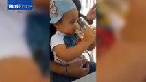 Deux Roumains font boire de la bière et fumer un enfant