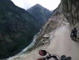 Des motards risquent leur vie sur des routes extrêmes en inde... Flippant