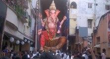 Un statue hindou chute sur la foule