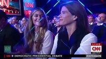 Un membre du congrès joue des Bongos en plein débat : parodie de Bernie Sanders