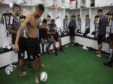 Bastidores: Jogadores do Santos mostram bom humor e habilidade no vestiário