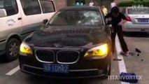 Une femme trompée détruit la BMW de son mari (Chine)