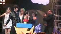 Pedro recibiendo el premio con el elenco de Esperanza Mía
