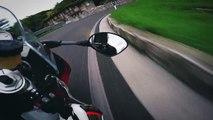 Un motard à pleine vitesse sur une route de montagne sinueuse en Italie