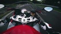 Un motard attaque comme un porc sur une route de montagne en BMW S1000RR
