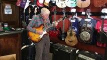Un papi de 80 ans joue de la guitare électrique