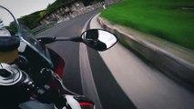 Balade en moto très risquée sur une route de montagne (Italie)