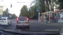 Un policier russe sympa aide une mamie à traverser la route