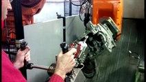 Automobile : la robotique au service d'un poste d'ébavurage de carters moteur