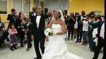 UN MARIAGE CHRÉTIEN: LE COUPLE DANSE SUR FOND DE LOUANGE.
