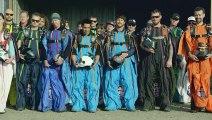 Une course de wingsuit en slalom à 2500 m au dessus du sol ( Wingsuit Slalom Racing 8,000 Feet Above the Ground ) !