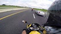 Quand un motard double un autre motard à 300 km/h