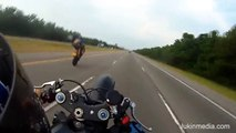 à 150km/h en wheelie il perd le contrôle de sa moto et se crash