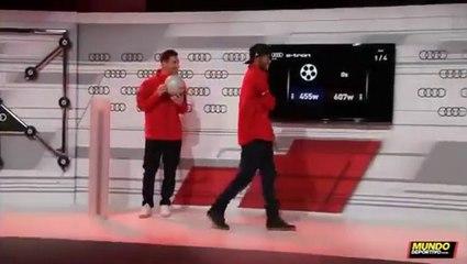 Neymar y Messi se 'pican' en la entrega de coches Audi