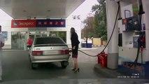 Kobieta na stacji paliw chyba pierwszy raz Blondynka za kółkiem Woman at a gas station