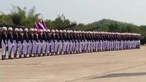 Soldados haciendo un desfile militar sincronizado