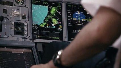 Vol en jet pack à coté d'un avion de ligne