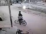 ثور مفلوت ينطح سائق دراجه ██ حوادث وغرائب ██