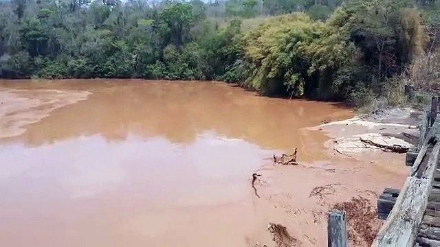 Veja momento em que onda lama passa pelo Rio Doce no Distrito de Cava Grande