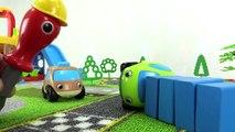 Green das Spielzeugauto baut seine eigene Sitzbank | Unterhaltungsvideo für Kinder