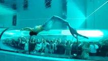 Une sirène dans la piscine la plus profonde du monde
