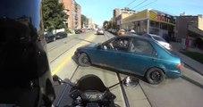 Un automobiliste sort de sa place sans regarder, un motard lui fonce dessus