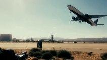 Décollage d'un avion au dessus d'une voiture filmés au ralentit