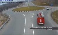 Quand les pompiers russes sont pressés à un rond point...