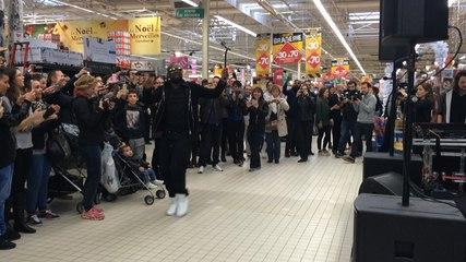 Maître Gims se produit au supermarché Carrefour de Nantes