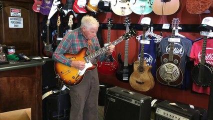 Un papi joue de la guitare électrique !