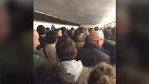 Des supporters chantent la Marseillaise pendant l'évacuation au Stade de France