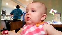 La réaction des enfants à un citron. Les visages des enfants drôles tout en mangeant un citron